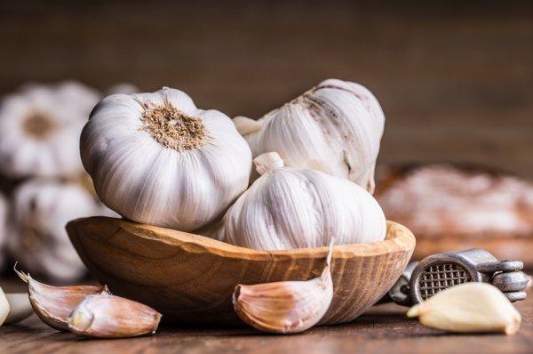 Сколько чеснока можно есть в день: польза и вред для здоровья, норма употребления