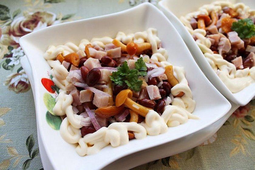 Салат с грибами и маринованной фасолью