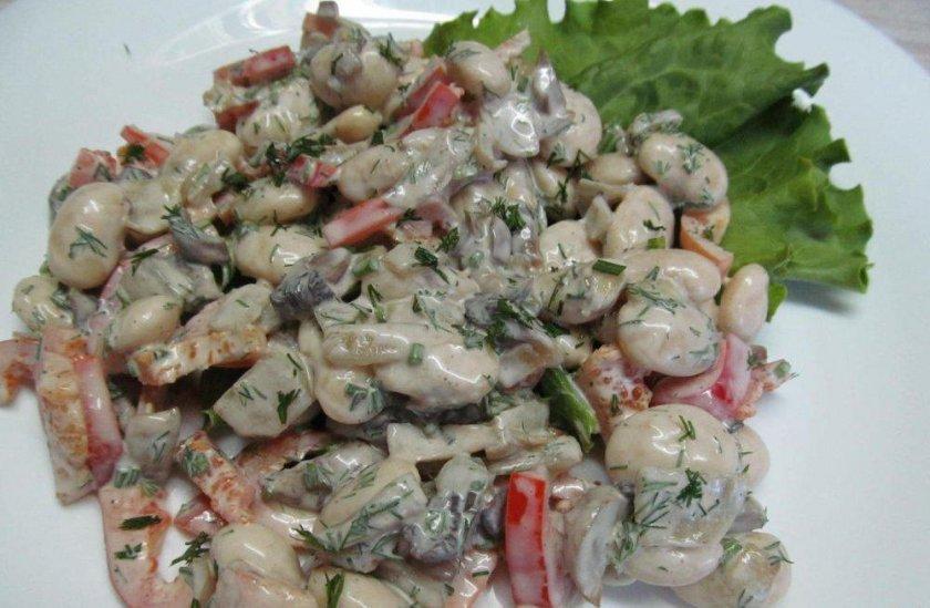 Салат с жаренными грибами и фасолью
