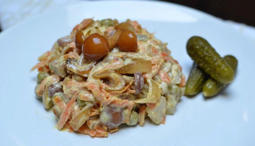 Салат с грибами опятами жареными