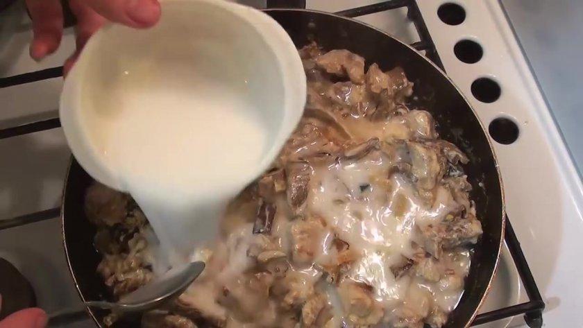 Гуляш в сливочном соусе с грибами