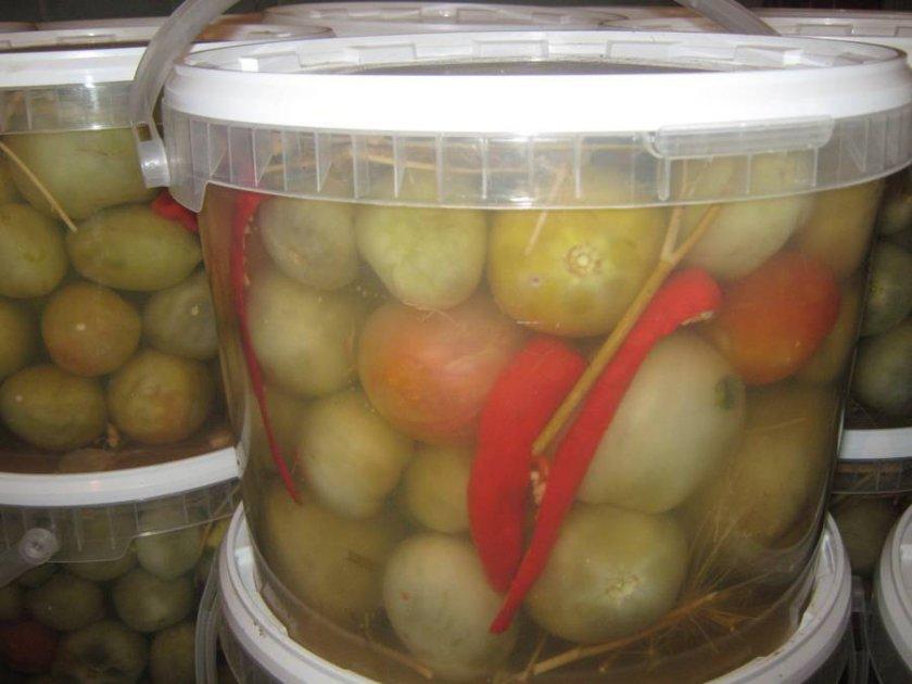 Солёные зелёные помидоры в ведре
