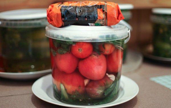 Рассол для зеленых помидор в ведре