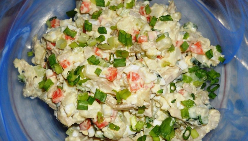 Салат с солёными груздями и курицей
