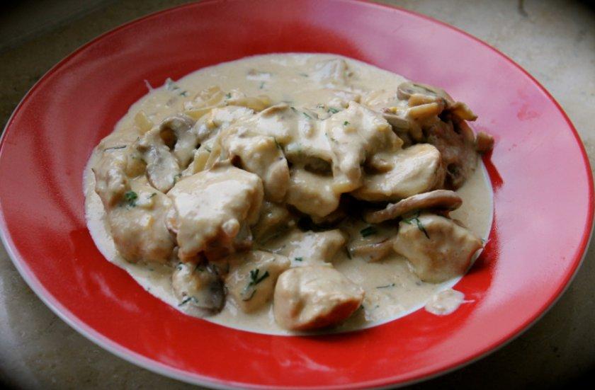 Филе с шампиньонами в сливочно-чесночном соусе
