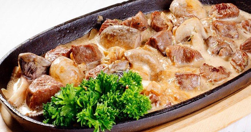 Тушеная говядина с грибами в сметане