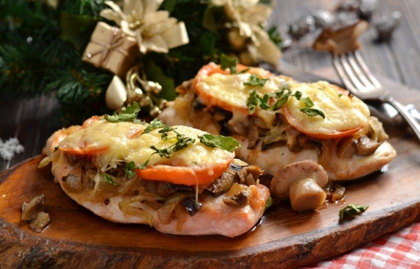 Грудка с шампиньонами и помидорами под сыром