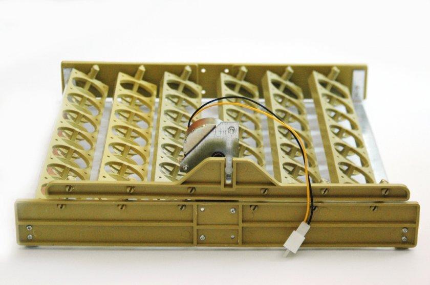 Механизм автоматического переворачивания яиц