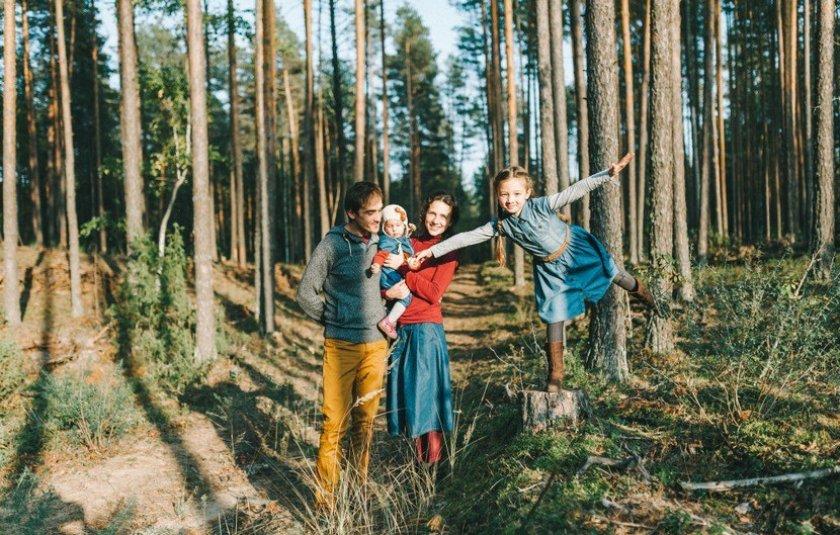 Люди в сосновом лесу