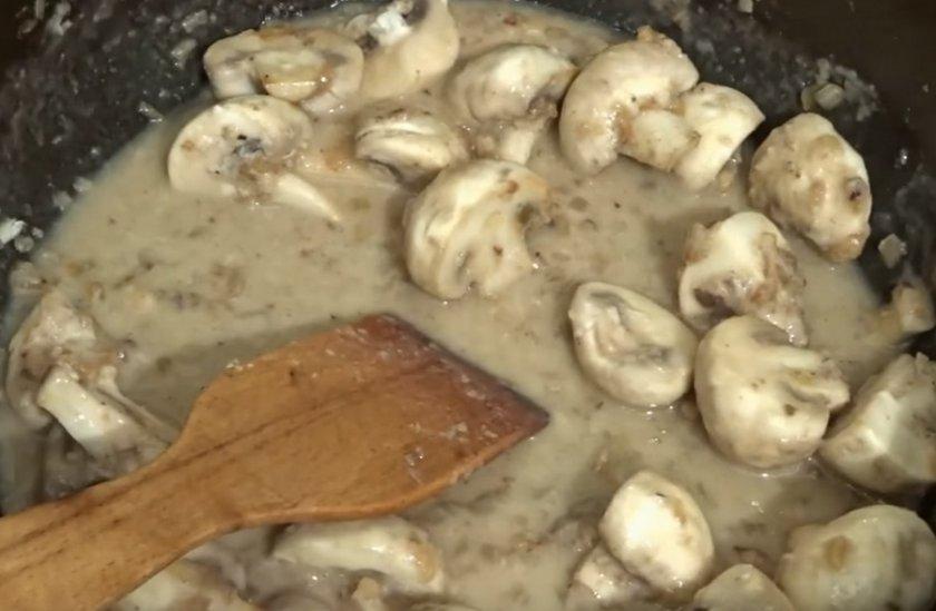 Куриная печень с шампиньонами в сливках