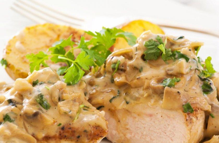 Индейка с шампиньонами в сметане: рецепты из филе с луком, с картофелем, с горчицей, приготовление в духовке