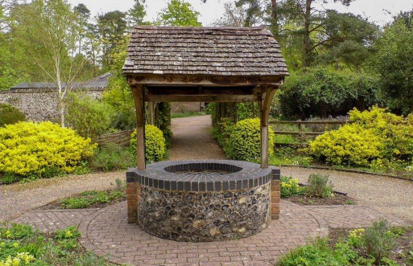 Закрытый колодец в саду
