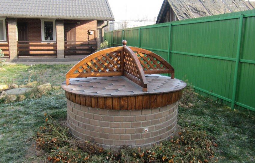 Керамическая плитка на колодце