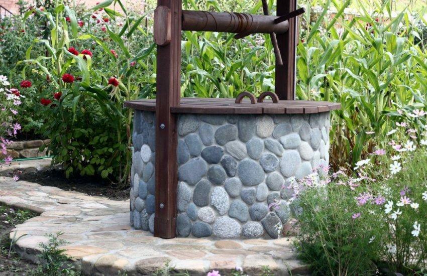Декор колодца камнем
