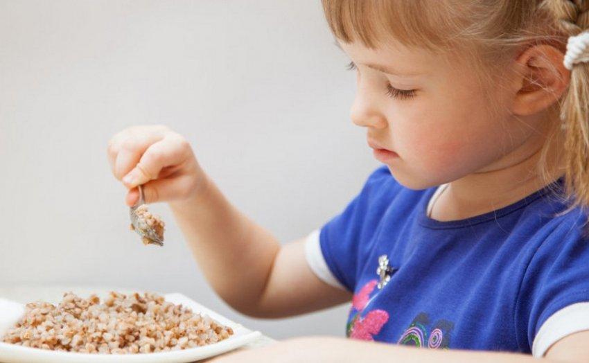 Ребёнок ест гречку