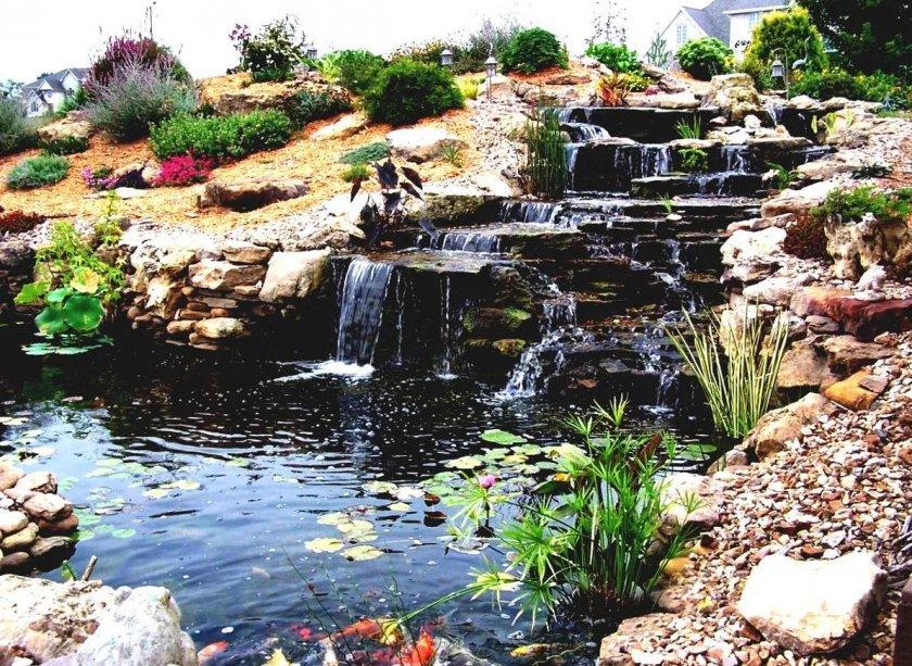 Каскадный водопад с водоёмом