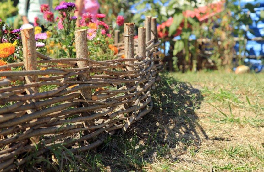 Ограда для клумбы из веток