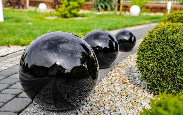Большой шар из бетона