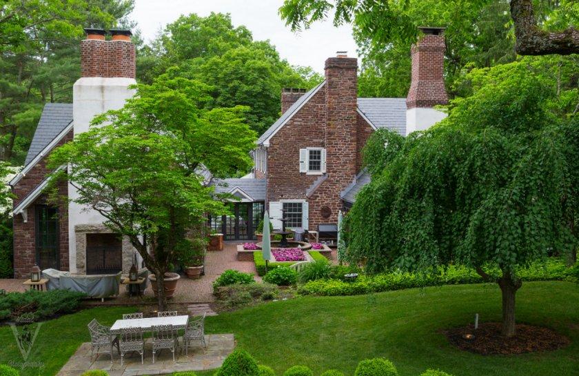 Загородный дом с садом