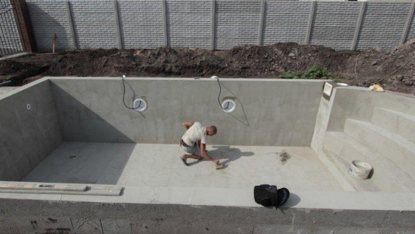 Отлив бассейна бетоном