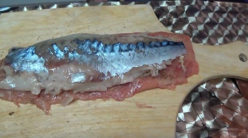 Рулет из горбуши и скумбрии: рецепты в духовке, как приготовить фаршированный рулет с желатином, рыбный рулет горячего копчения