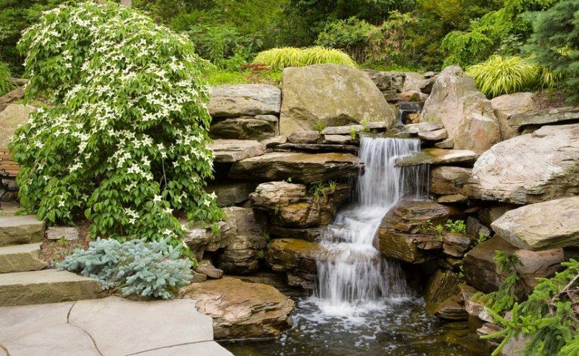 Пруд с искусственным водопадом