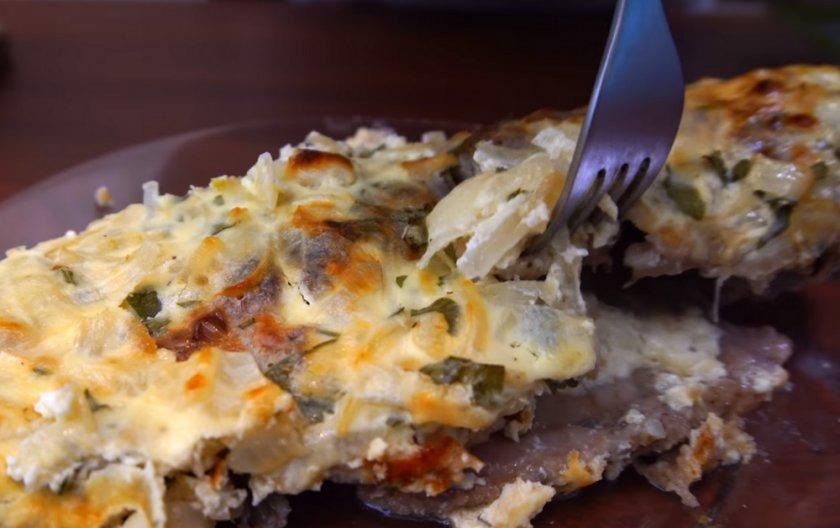 Караси в духовке с майонезом и картошкой: рецепты с фото, как приготовить целиком в фольге, со сметаной и луком