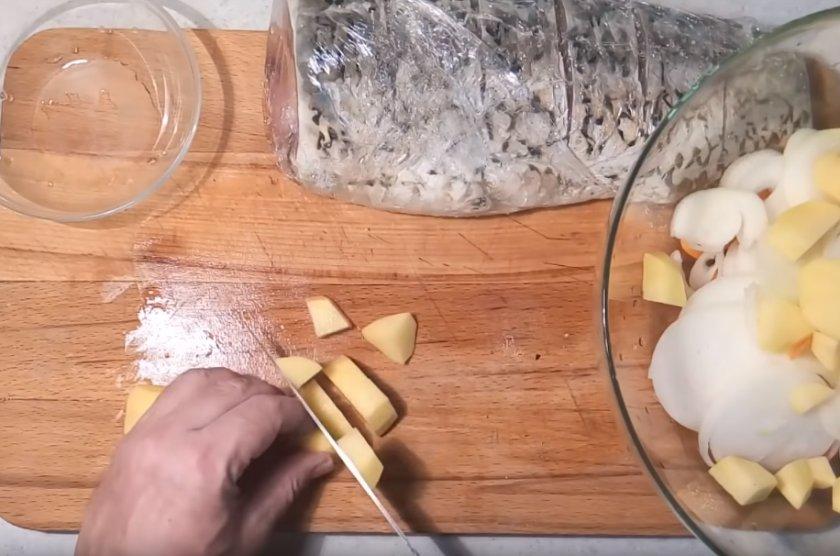 Сазан с начинкой в духовке