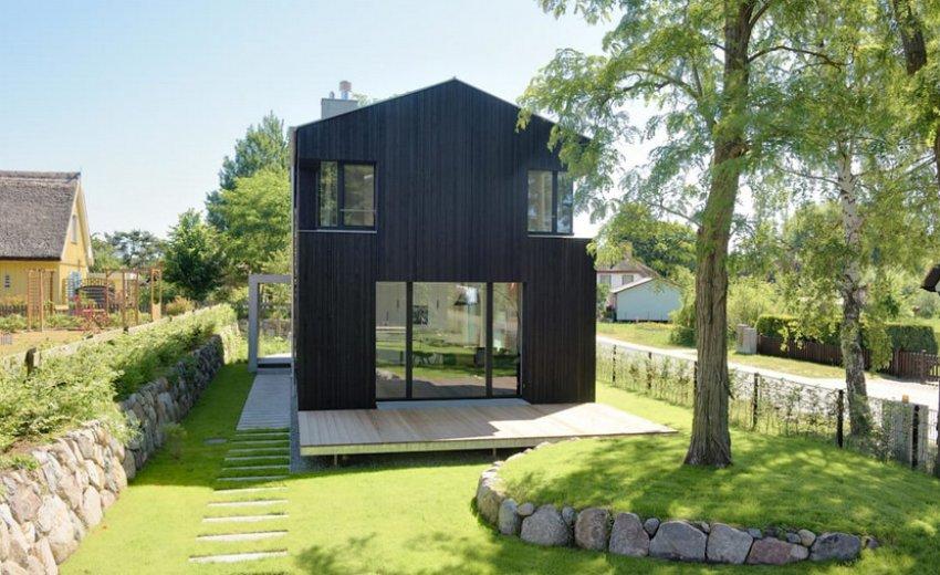 Двухэтажный дом на маленьком участке