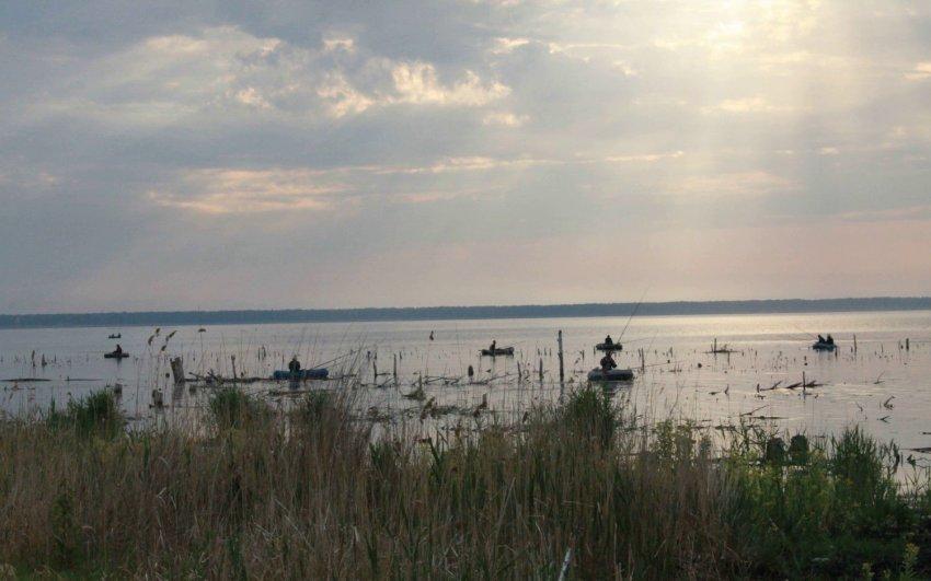 Рыбалка на озере Тишки на лодках