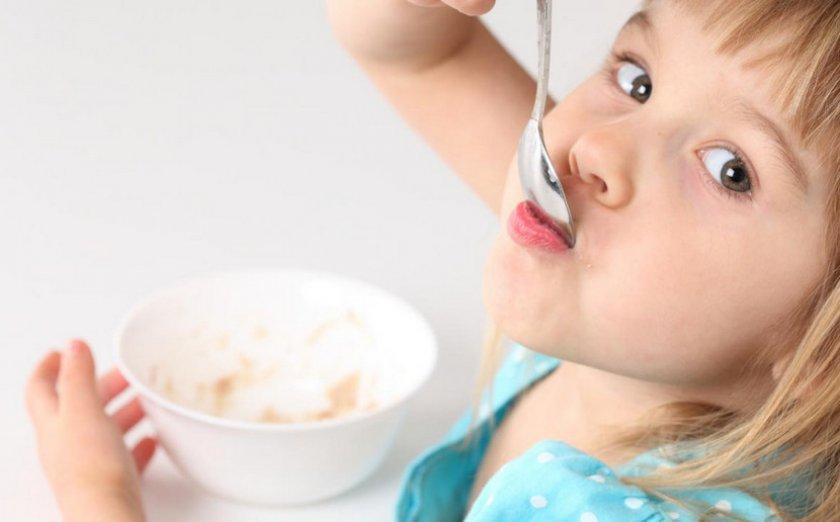 Ребёнок ест овсянку