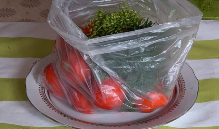 Добавляем зелень к помидорам