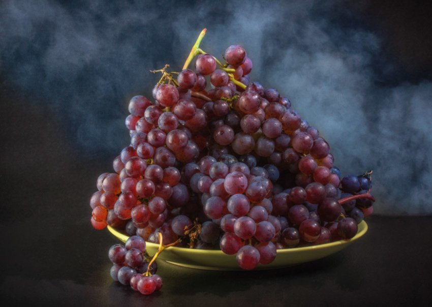 Виноград на тарелке