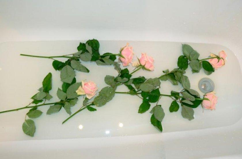 Цветов, букет роз в ванной
