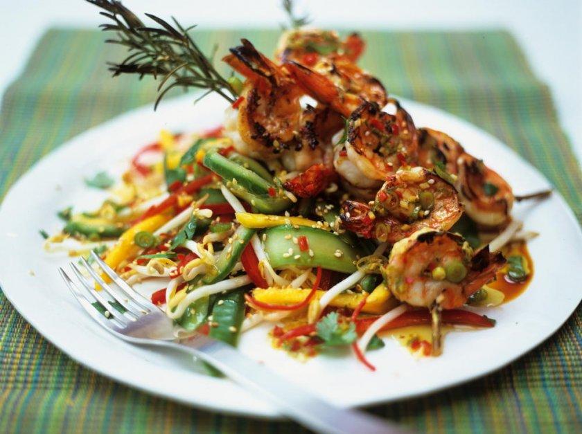 Овощной салат с креветками и пророщенной фасолью маш