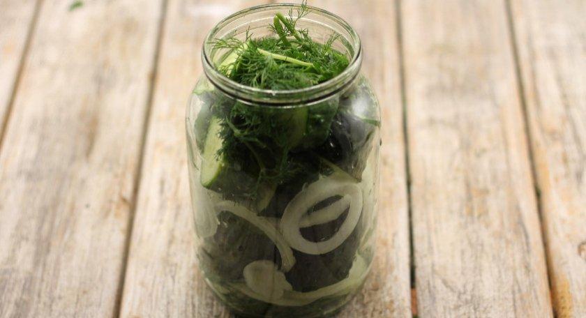 Огурцы кольцами с луком и зеленью