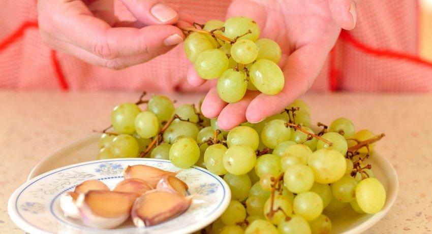 Виноград с чесноком