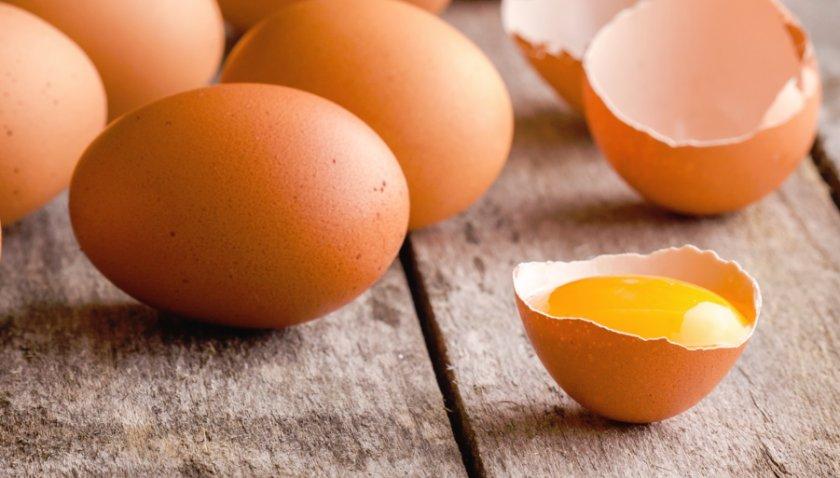 Сырые куриные яйца