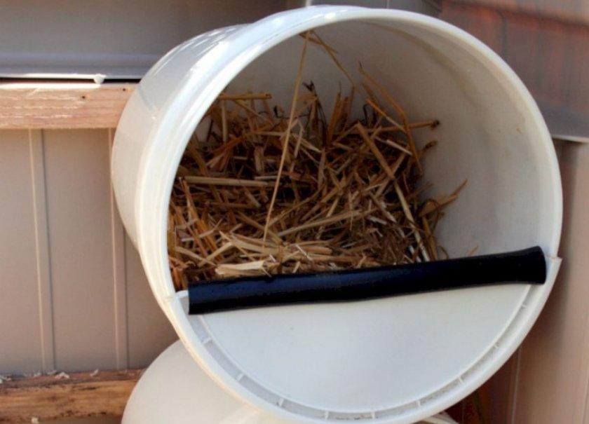 Гнездо из пластикового ведра