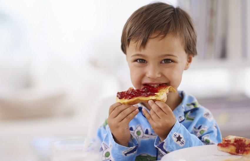 Ребёнок кушает варенье