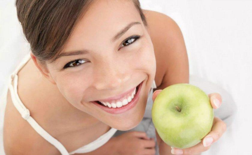Женщина с яблоком