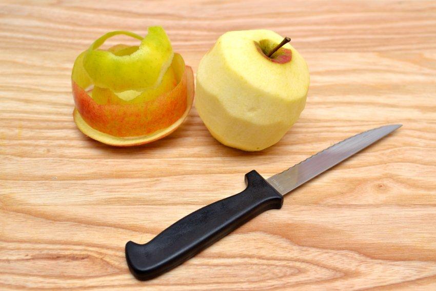 Очищать ли яблоко от кожуры