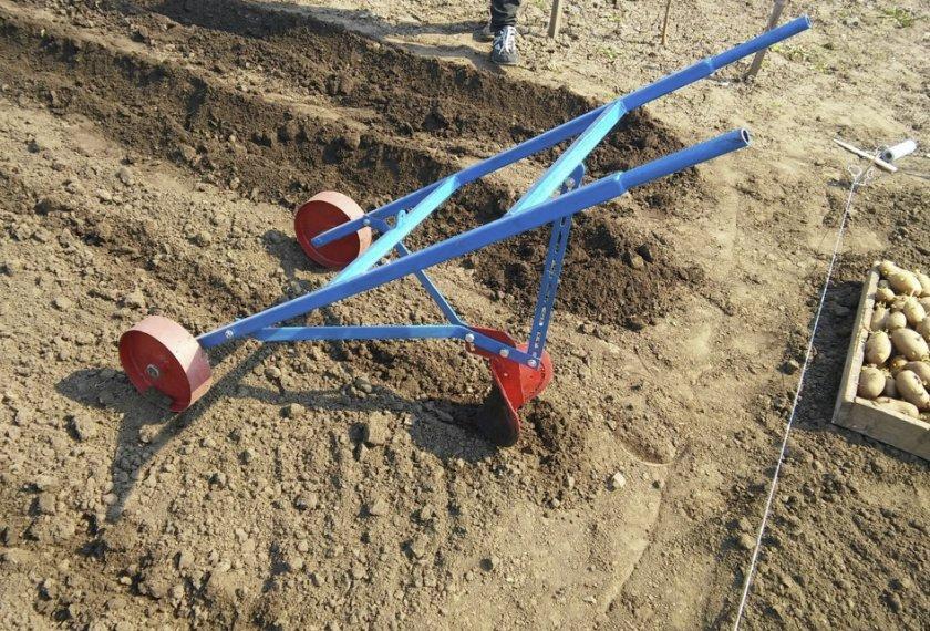 Плуг для посадки картофеля траншейным способом