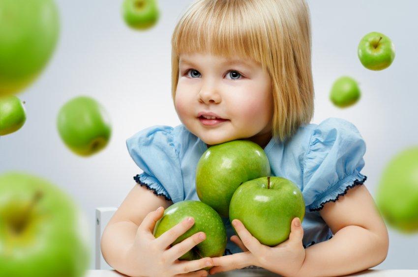 Девочка с зелёными яблоками