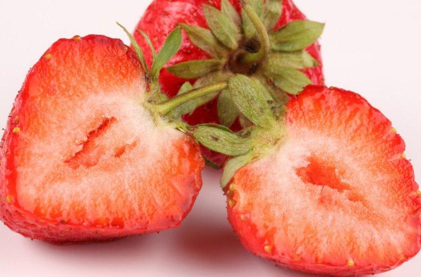 Плоды клубники с пустой серединкой