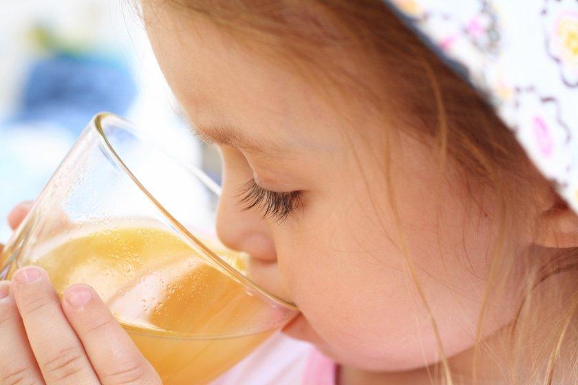 Ребёнок пьет сок