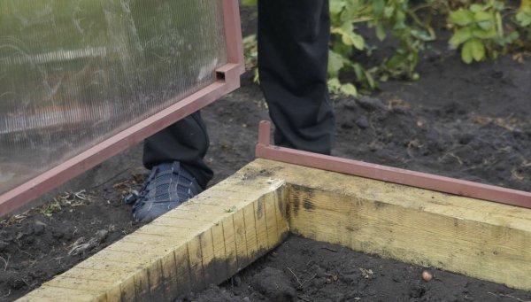 Фундамент из бруса для теплицы своими руками