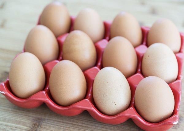 Как правильно хранить куриные яйца в холодильнике