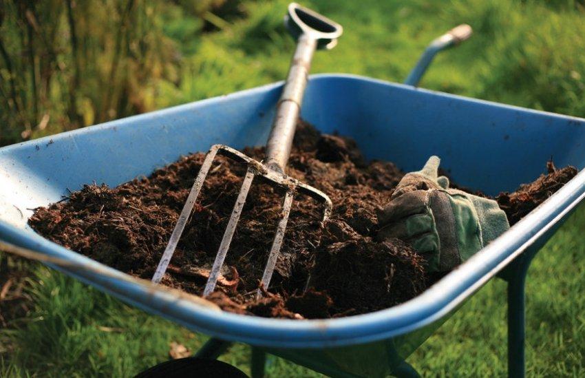 Удобрение грунта перегноем