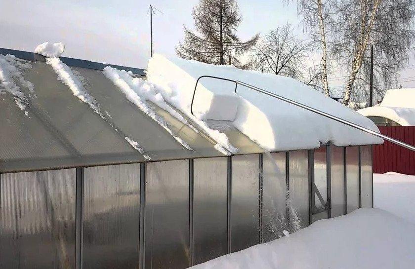 Чистка крыши теплицы от снега